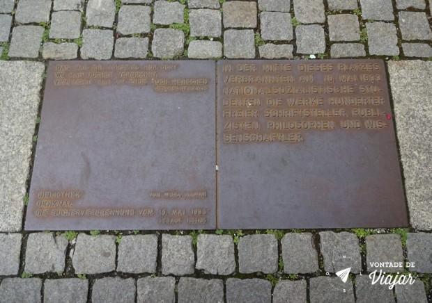 Bebelplatz-Berlim-Onde-se-queimam-livros-acaba-se-queimando-pessoas