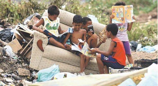criancas-lendo-no-lixo-750x410
